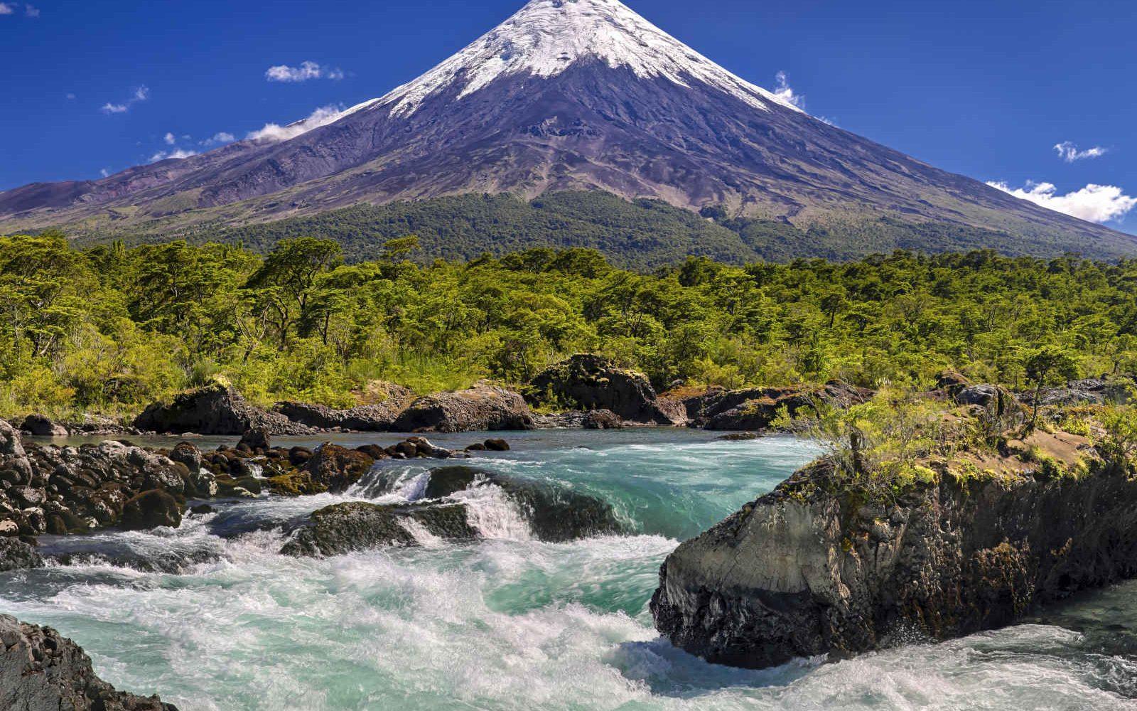 Cascades de Petrohue devant le volcan Osorno, Chili