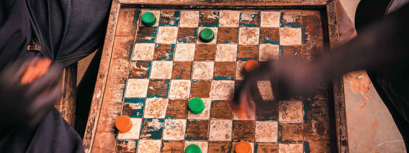 Hommes jouant à un jeu de dames, Ouganda