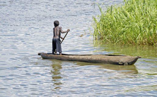 Enfant à bord d'une pirogue, Malawi