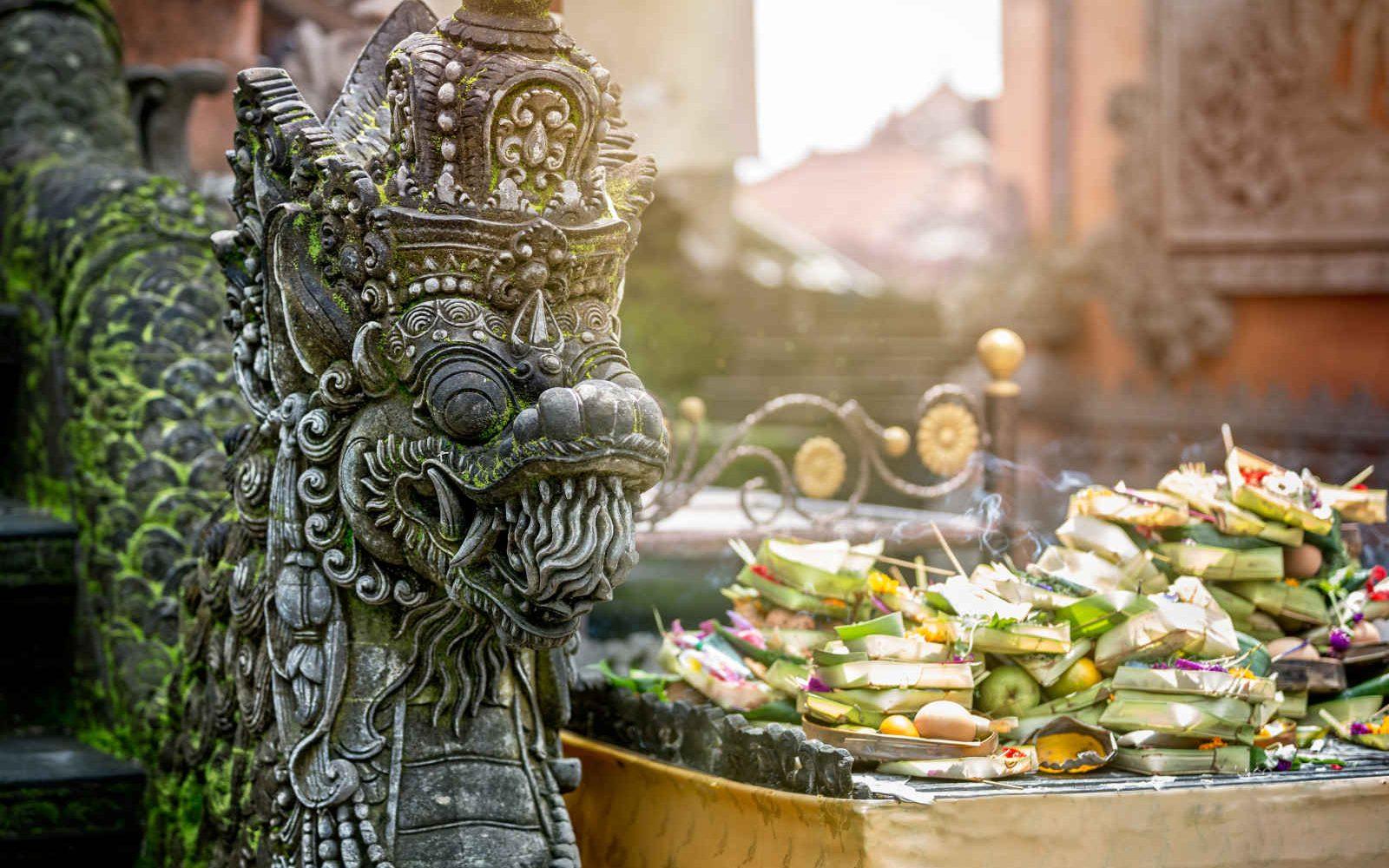 Temple à Ubud et offrandes au Dieu Dragon, Bali, Indonésie