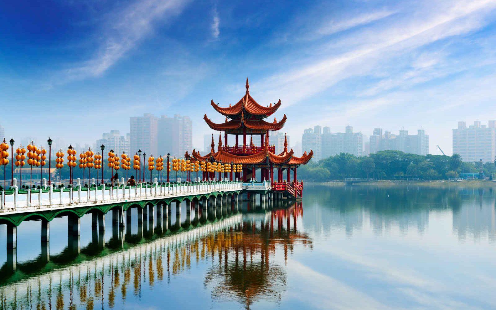 Jetée et pagode sur l'eau à Kaohsiung, Taïwan