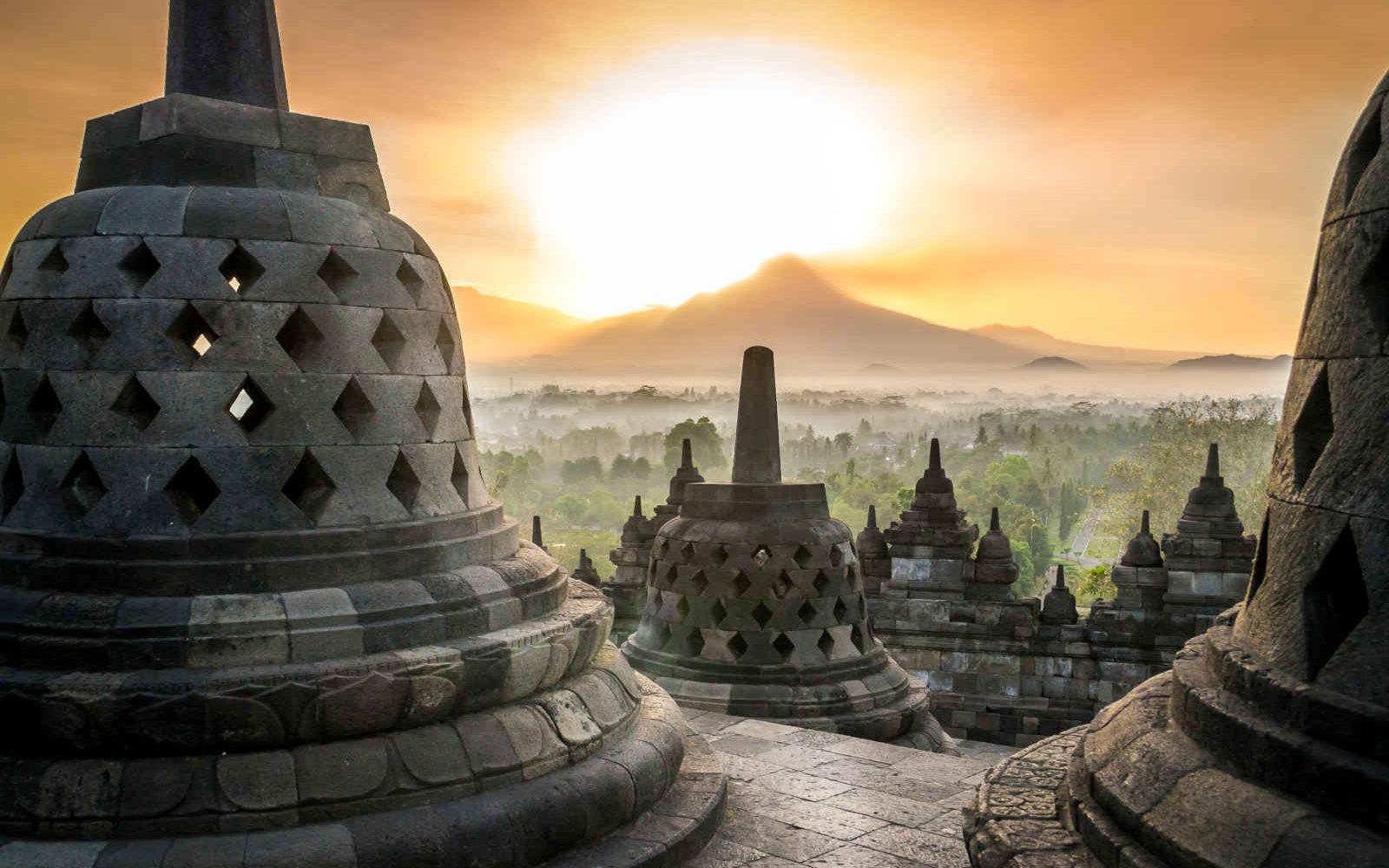 Lever de soleil au temple de Borobudur, vue du volcan, Java, Indonésie