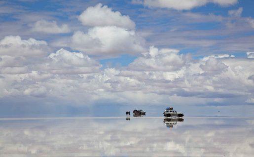 Véhicules dans le salar d'Uyuni, Bolivie