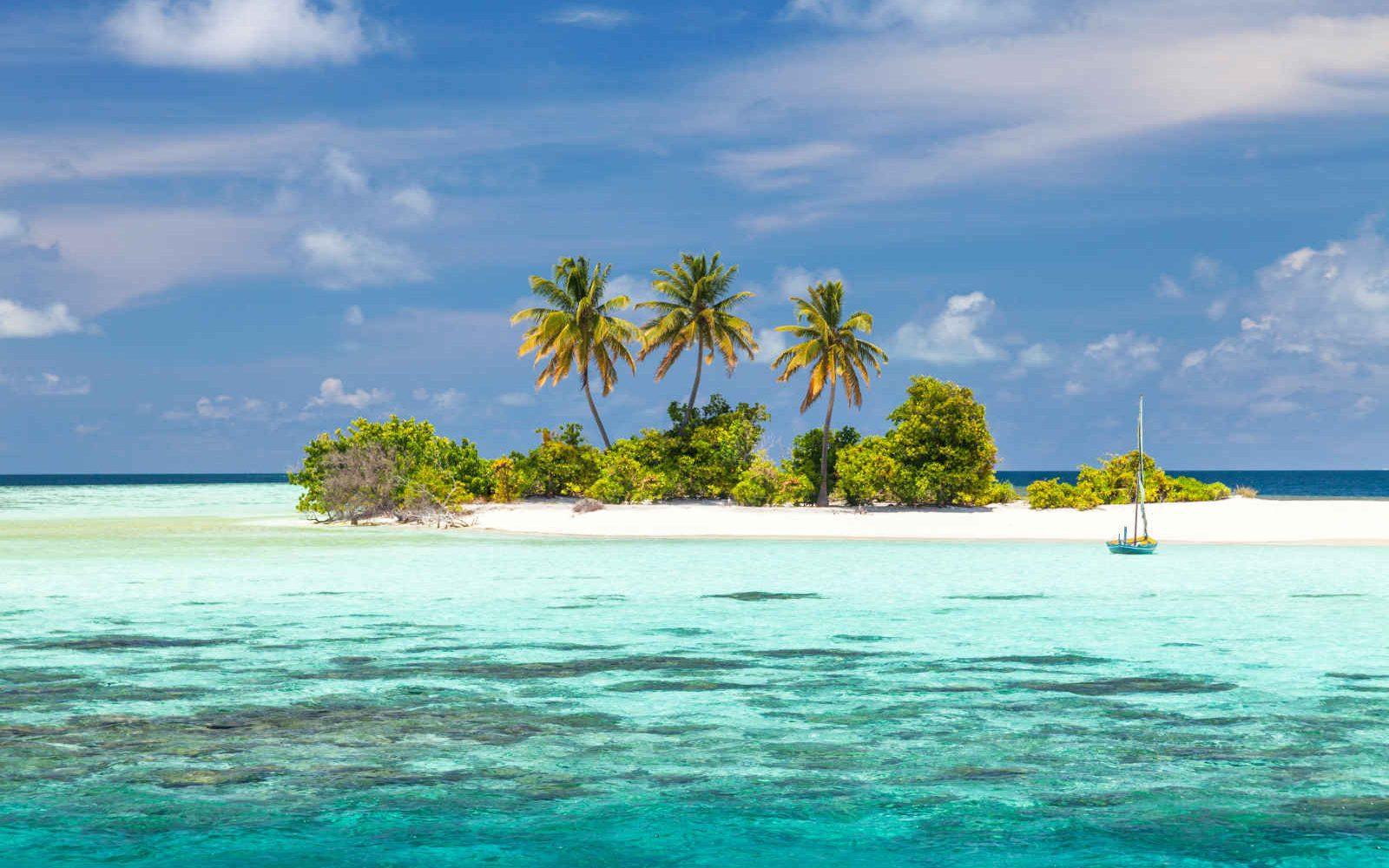 Ile déserte et bateau traditionnel, Maldives