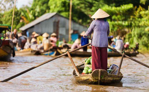 Vendeuse sur barque dans le delta du Mékong, Vietnam