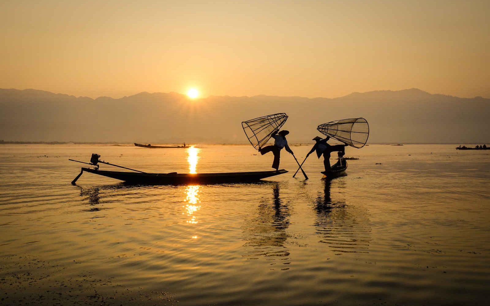 Technique de pêche par deux pêcheurs, Lac Inle, Shan, Myanmar